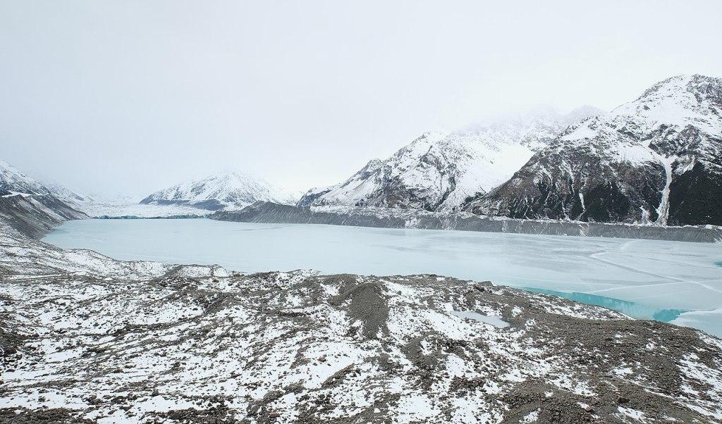 La imagen tiene un atributo ALT vacío; su nombre de archivo es 1280px-almost_completely_frozen_tasman_lake_with_tasman_glacier_terminus_in_the_background.jpg