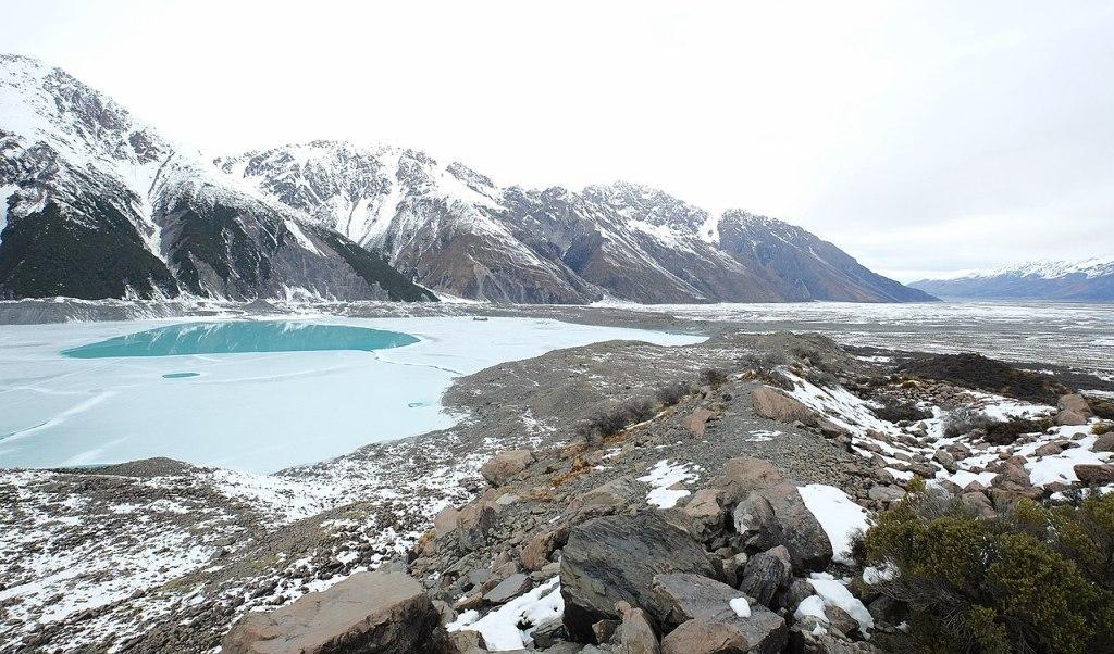 La imagen tiene un atributo ALT vacío; su nombre de archivo es 1280px-view_over_partially_frozen_tasman_lake_and_snow-covered_tasman_valley_in_winter.jpg