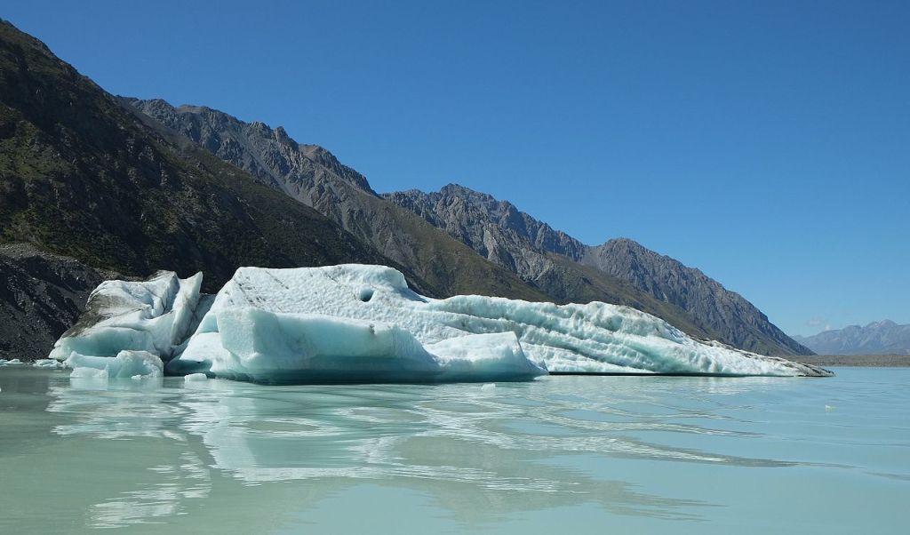 La imagen tiene un atributo ALT vacío; su nombre de archivo es iceberg_with_blue_ice_floating_in_tasman_glacier_lake.jpg