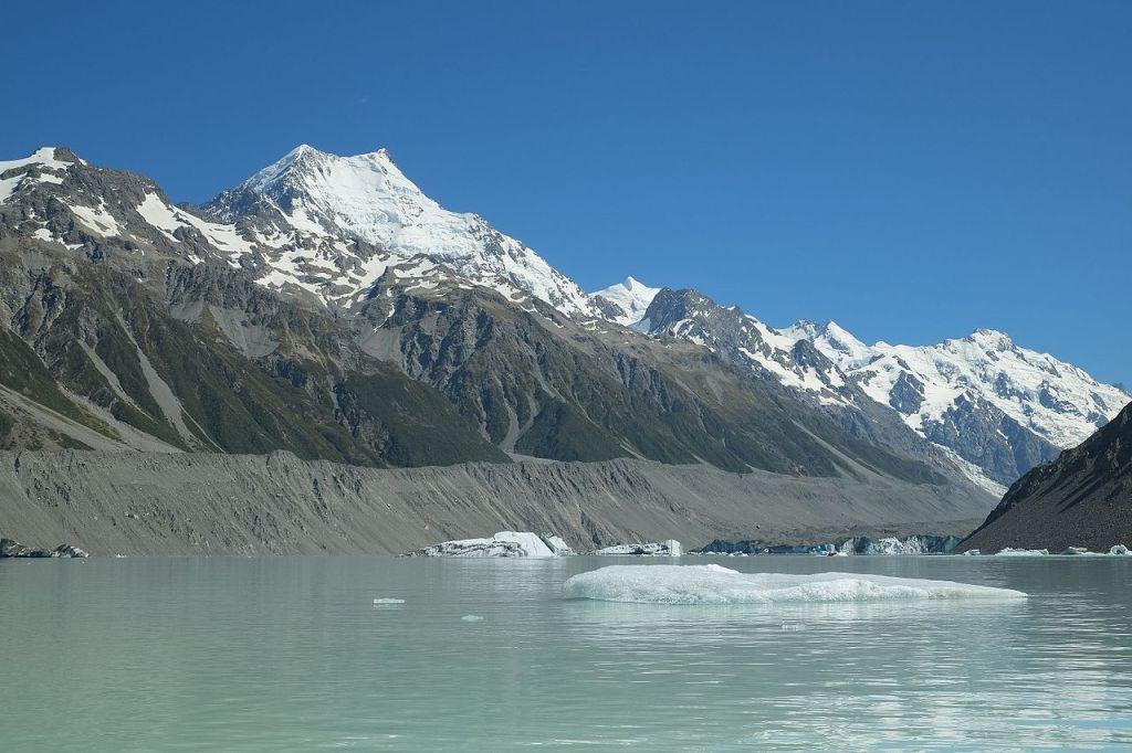 La imagen tiene un atributo ALT vacío; su nombre de archivo es icebergs_floating_in_tasman_glacier_lake_aoraki_mount_cook_in_the_background.jpg