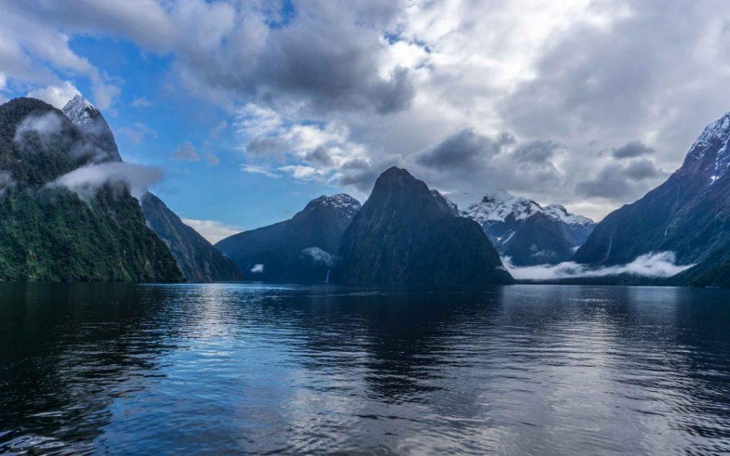 La imagen tiene un atributo ALT vacío; su nombre de archivo es milford-sound-nueva-zelanda-mitre-peak-.jpg