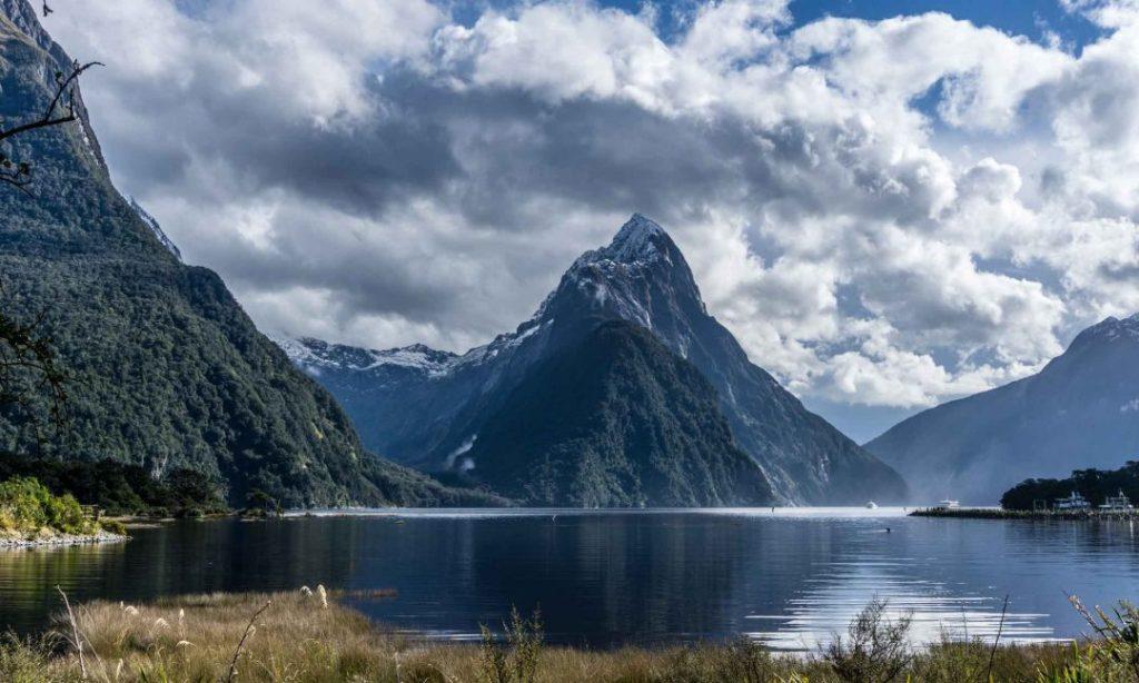 La imagen tiene un atributo ALT vacío; su nombre de archivo es mitre-peak-nueva-zelanda-.jpg