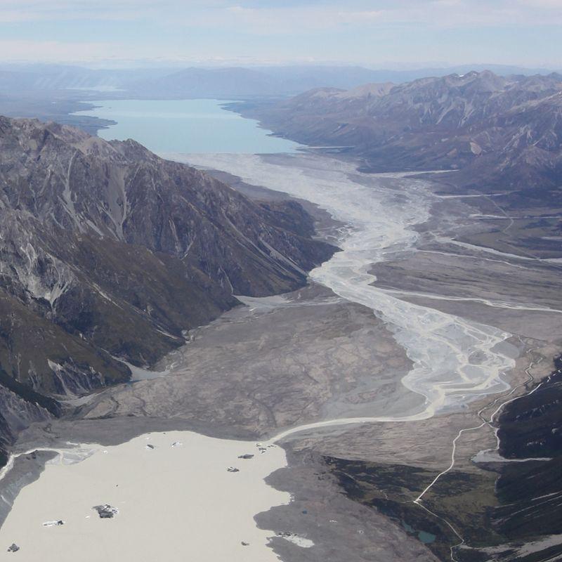 La imagen tiene un atributo ALT vacío; su nombre de archivo es tasman_river_entre-tasman-lake-y-lake-pukaki-a-lo-lejos.-fabian-rindler..jpg